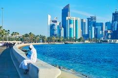 Koppla av i Corniche promenad, Doha, Qatar Royaltyfri Fotografi