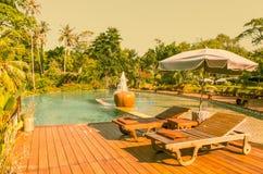 Koppla av i det lyxiga hotellet på ön av Thailand Par av trästol på terrass under paraplyet vid den härliga lyxen Royaltyfria Foton