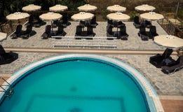 Koppla av i lyxig pöl vid hotellet Arkivfoton