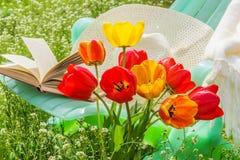 Koppla av i trädgården på en solig vårdag Royaltyfri Foto