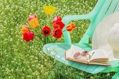Koppla av i trädgården på en vårdag Royaltyfria Bilder