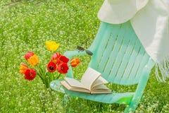Koppla av i trädgården på en vårdag Royaltyfria Foton