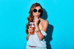 Koppla av med den kalla drinken fotografering för bildbyråer