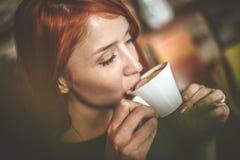 Koppla av med kaffe close upp arkivfoto