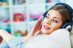 Koppla av med lyssnande musik 15 woman young Arkivbilder