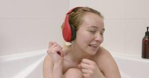Koppla av med musik i bad stock video