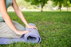 Koppla av med yoga Royaltyfri Bild