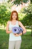 Koppla av med yoga Arkivfoto