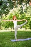 Koppla av med yoga Fotografering för Bildbyråer