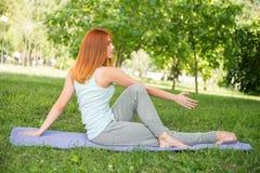 Koppla av med yoga Arkivbilder
