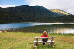 Koppla av nära en bergsjö Fotografering för Bildbyråer