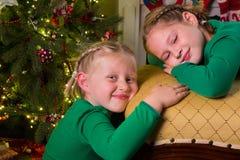 Koppla av nära julträdet Arkivbild