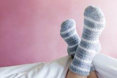 Koppla av och det hemtrevliga begreppet, kvinnlig fot i varm bandullsocka på Fotografering för Bildbyråer