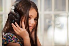 Koppla av och lyssna till musik Arkivfoto