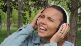 Koppla av och lyssnande musik för lycklig flicka på hörlurar stock video