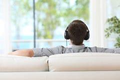 Koppla av och lyssnande musik för man Royaltyfri Foto
