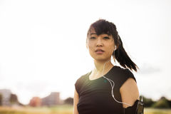 Koppla av och lyssnande musik för ung kvinna, når att ha kört tidig mor Arkivbild