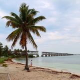 Koppla av och undersökande Bahia Honda delstatspark arkivbilder