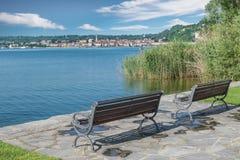 Koppla av område på sjön Arona stad och sjö Maggiore från Angera, Italien arkivbilder