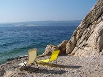 Koppla av på den kroatiska stranden Arkivfoton