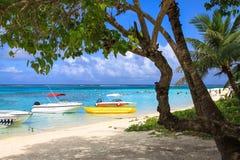 Koppla av på en tropisk strand Arkivfoto