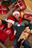 Koppla av på golv med julgåvor Arkivfoto