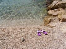 Koppla av på kiselstenstranden i Kroatien Fotografering för Bildbyråer
