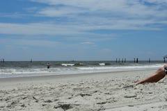 Koppla av på sanden på Myrtle Beach, South Carolina Royaltyfria Foton