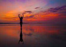 Koppla av på strand på solnedgången Royaltyfri Fotografi