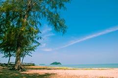 Koppla av på stranden och det tropiska havet arkivbilder