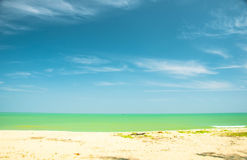 Koppla av på stranden och det tropiska havet royaltyfri foto
