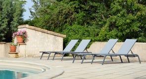 Koppla av stolar nära simbassängen Royaltyfria Foton