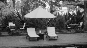 Koppla av stolar på semesterortens trädgård i Mang hålastad, Vietnam Royaltyfria Bilder