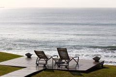 Koppla av stolar som förbiser havet Royaltyfri Fotografi