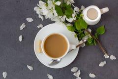 Koppla av tid och lycka med koppen kaffe arkivfoto