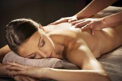 Koppla av tillbaka massage på brunnsorten arkivfoto