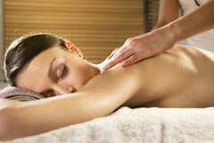 Koppla av tillbaka massage på brunnsorten arkivfoton