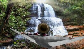 Koppla av vid en vattenfall Arkivbilder