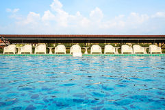 Koppla av vita stolar, genom att simma poolsiden Royaltyfria Foton