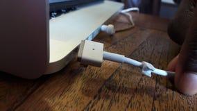 Koppla från den Apple uppladdaren Arkivfoton