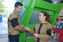 Koppla ihop arbetare i maskiner för overaller nära på fabriken Arkivfoton