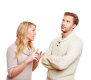 Koppla ihop argueing in över ett problem arkivbilder