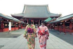 Koppla ihop asiatiska kvinnor som bär den traditionella japanska kimonot i Sensoj Royaltyfria Bilder