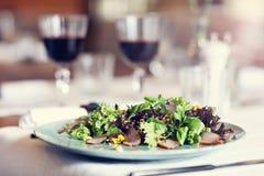 Koppla ihop att äta den romantiska matställen i en gourmet- restaurang som dricker vin och att äta fotografering för bildbyråer