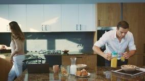 Koppla ihop att äta fastar i morgonkök Olycklig kvinna som förbereder frukosten stock video
