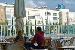 Koppla ihop att äta middag i kafé i den Habima fyrkanten i Tel Aviv, Israel Royaltyfria Bilder