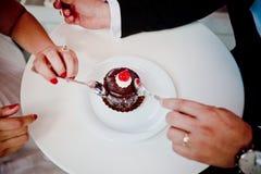 Koppla ihop att äta tårtan Arkivbild