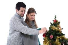 Koppla ihop att dekorera julgranen royaltyfria bilder
