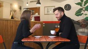 Koppla ihop att dricka kaffe på ett första datum i en coffee shop långsam rörelse lager videofilmer