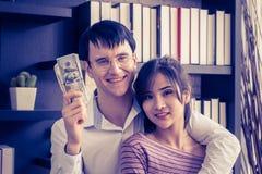 Koppla ihop att få rikt i familjeföretag arkivbild